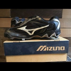 NWOT Men's Mizuno Baseball cleats size 13.